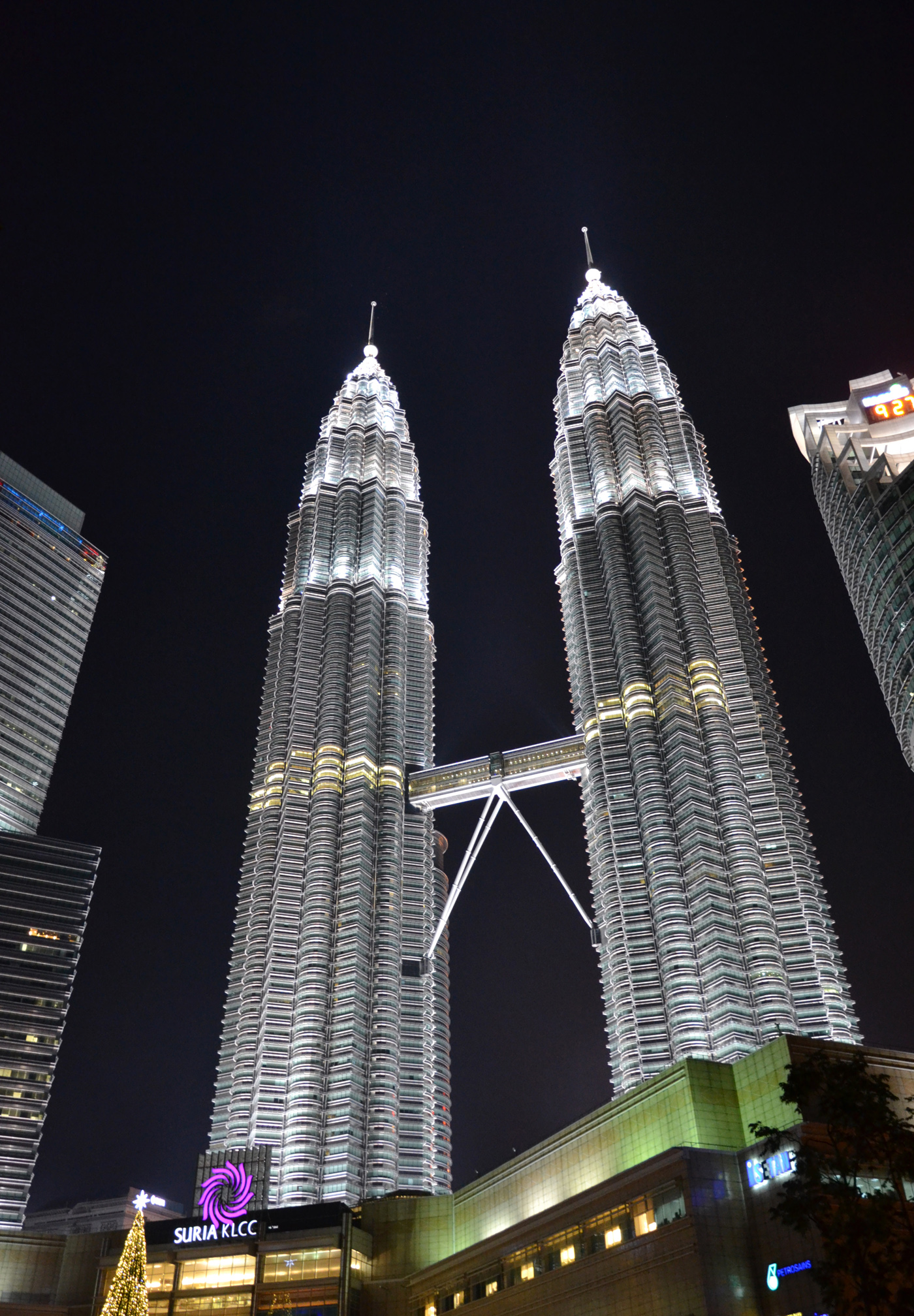 What-to-do-in-Kuala-Lumpur-petronas-tower-night-2