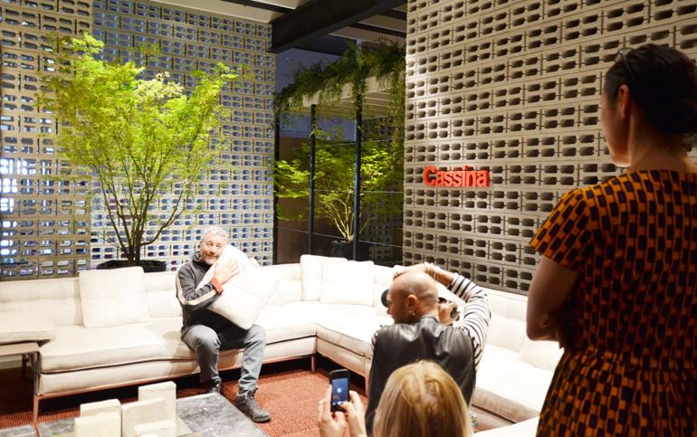 Da Cassina Philippe Starck posa sotto la direzione della moglie